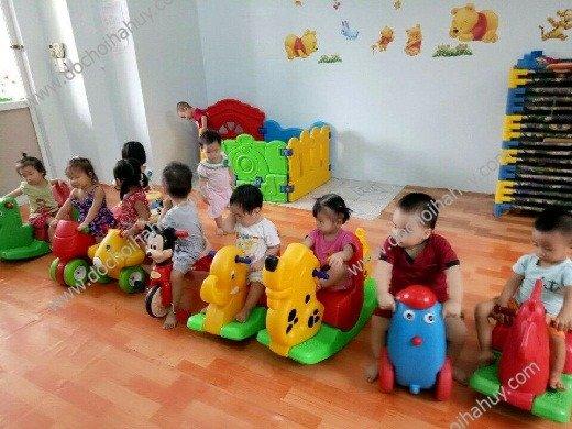 Cho bé vui chơi với sản phẩm xe chòi chân, đạp chân để rèn luyện sức khỏe