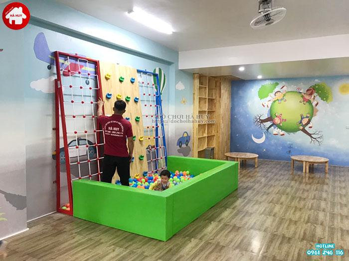 Lắp đặt bể bóng kết hợp vách leo núi cho bé mầm non ở Tp. Hưng Yên